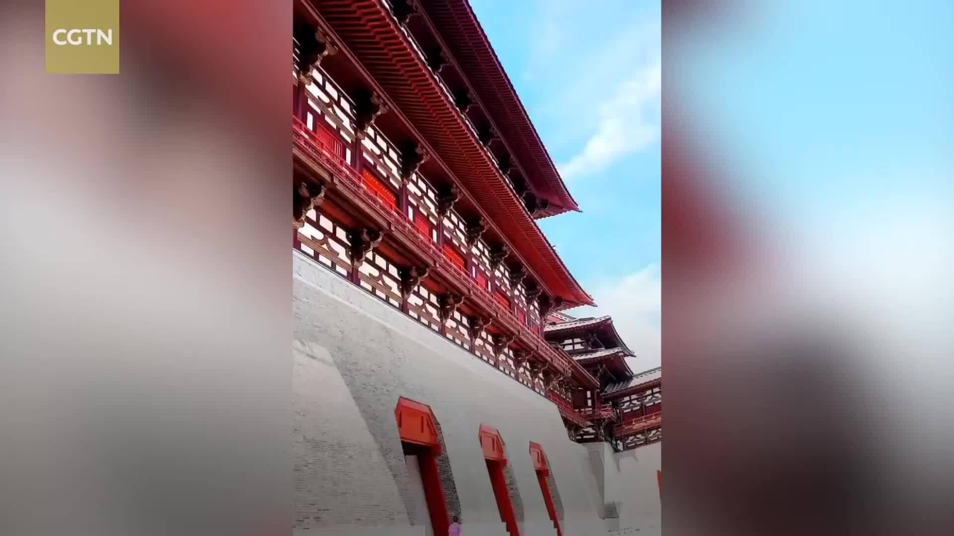 Khách Trung Quốc hiếu kỳ trước đám 'mây rồng'