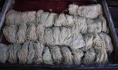 Lý do sợi mì được đựng trong ngăn kéo gỗ