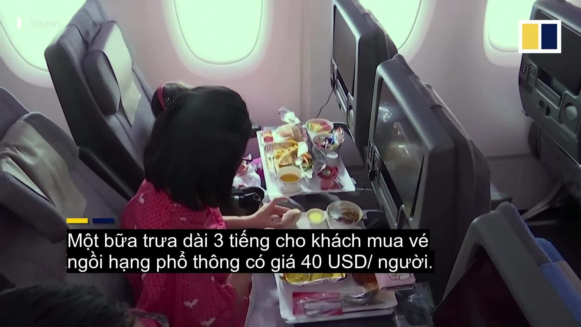 Nhà hàng trên máy bay 'cháy vé' 900 suất ăn