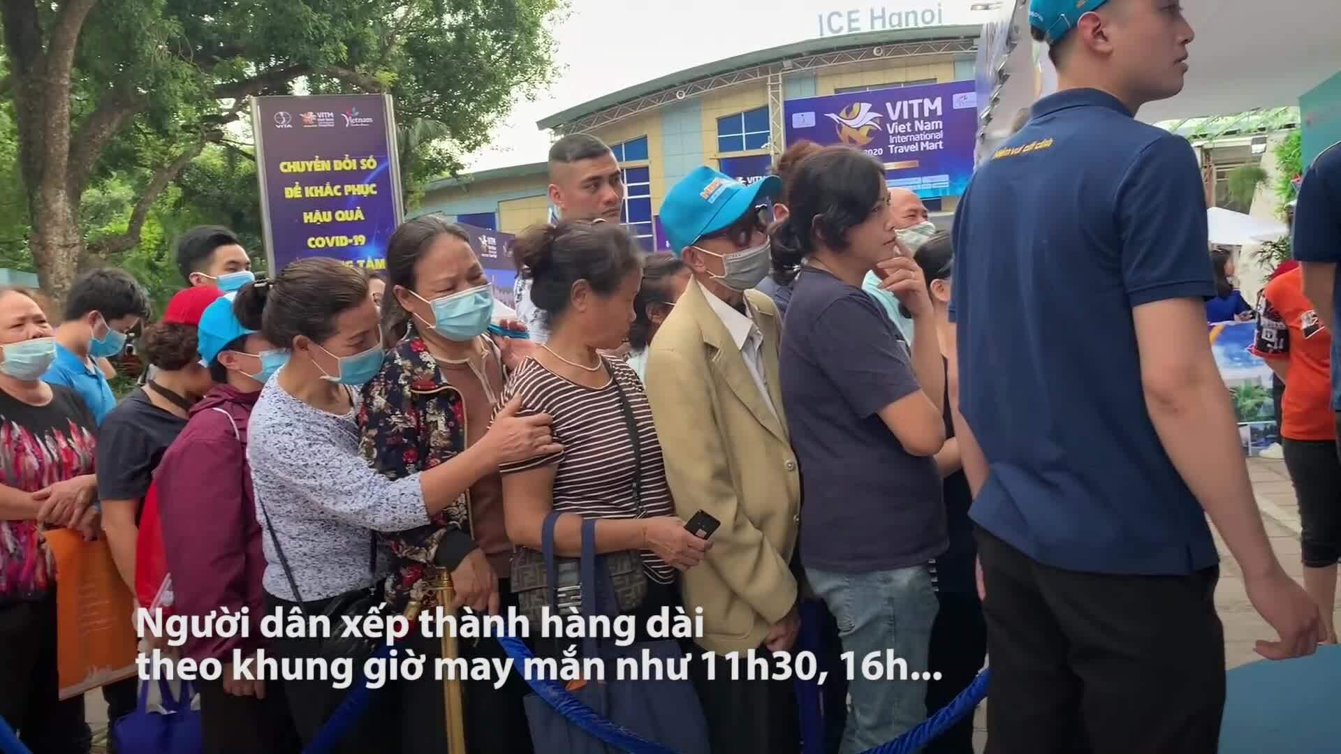 Xếp hàng săn vé máy bay 0 đồng tại Hà Nội