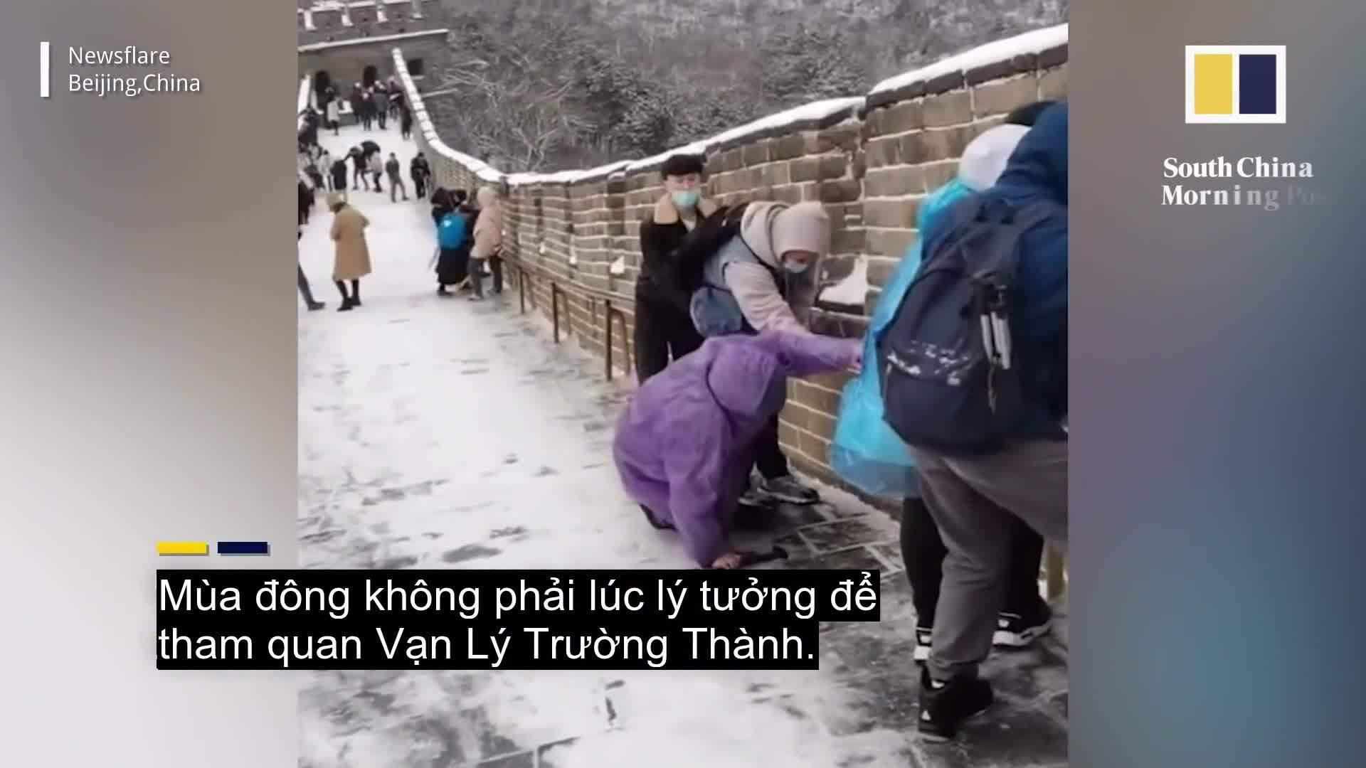 Du khách trượt dài khi leo Vạn Lý Trường Thành