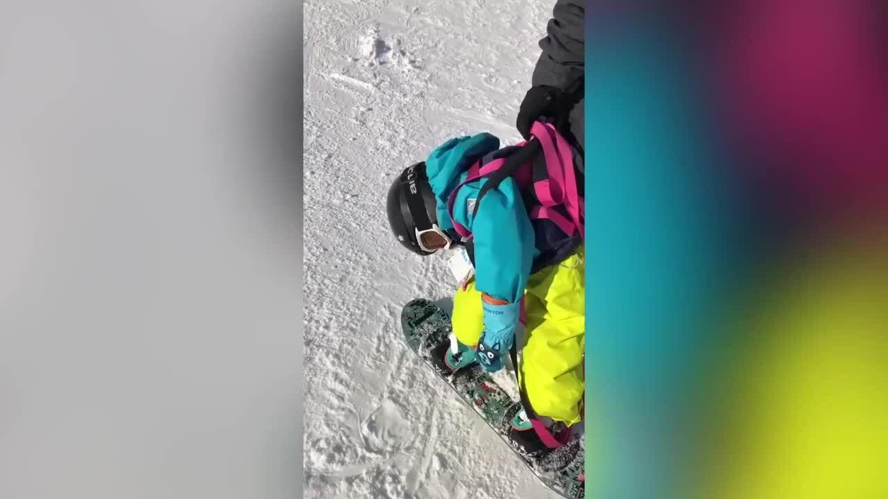 Cậu bé đang trượt tuyết thì lăn ra ngủ