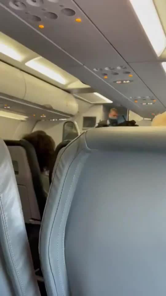 Hành khách vỗ tay khi có người bị đuổi khỏi máy bay