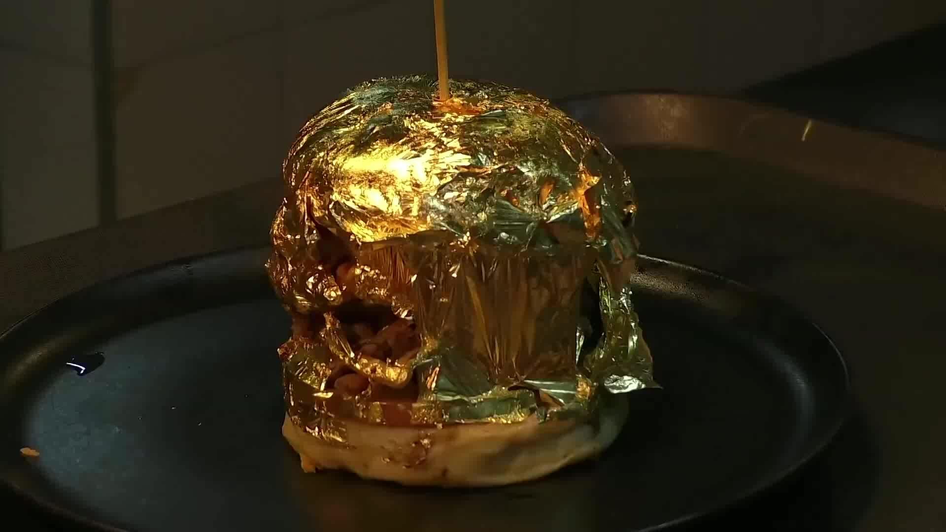 Bán burger dát vàng để hút khách mùa dịch