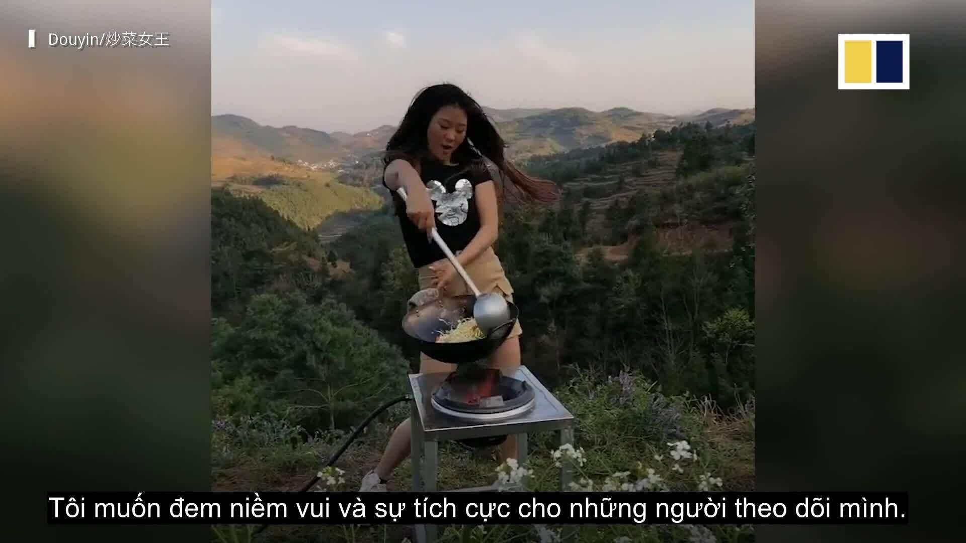 Màn múa chảo 'gây sốt' của cô gái bán cơm chiên