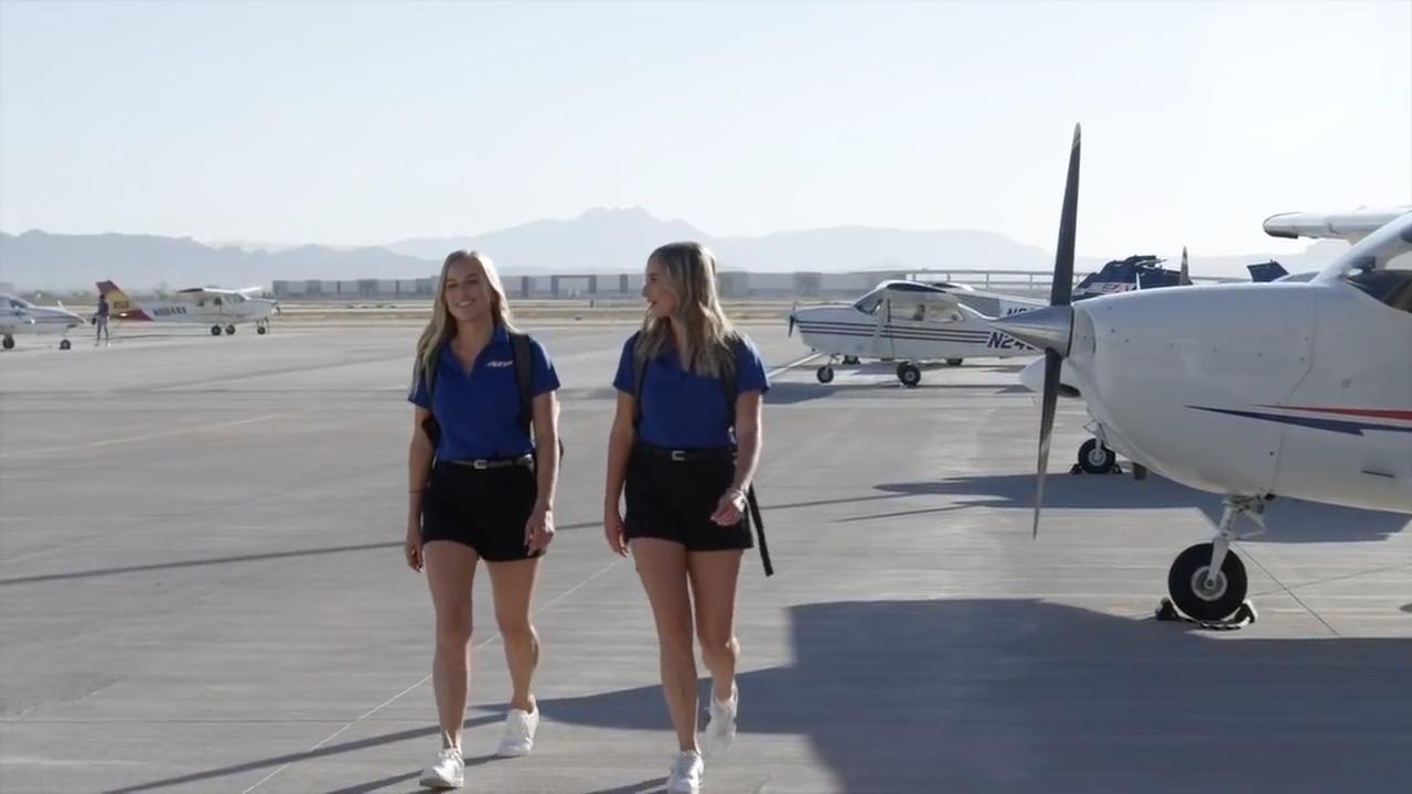 Những cặp sinh đôi cùng làm phi công