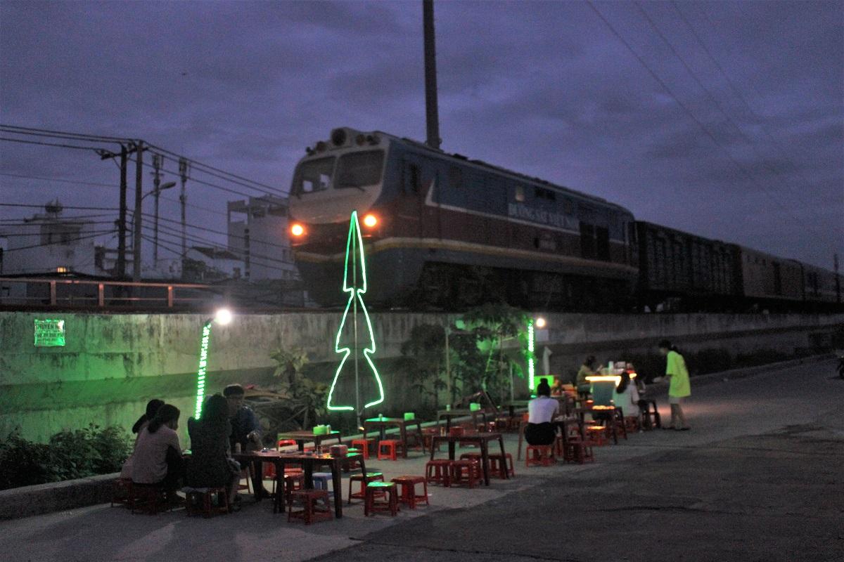 Ăn ốc ngắm tàu lửa ở Sài Gòn