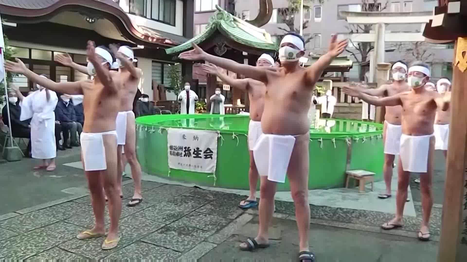 Làm lễ tắm nước đá để cầu hết đại dịch