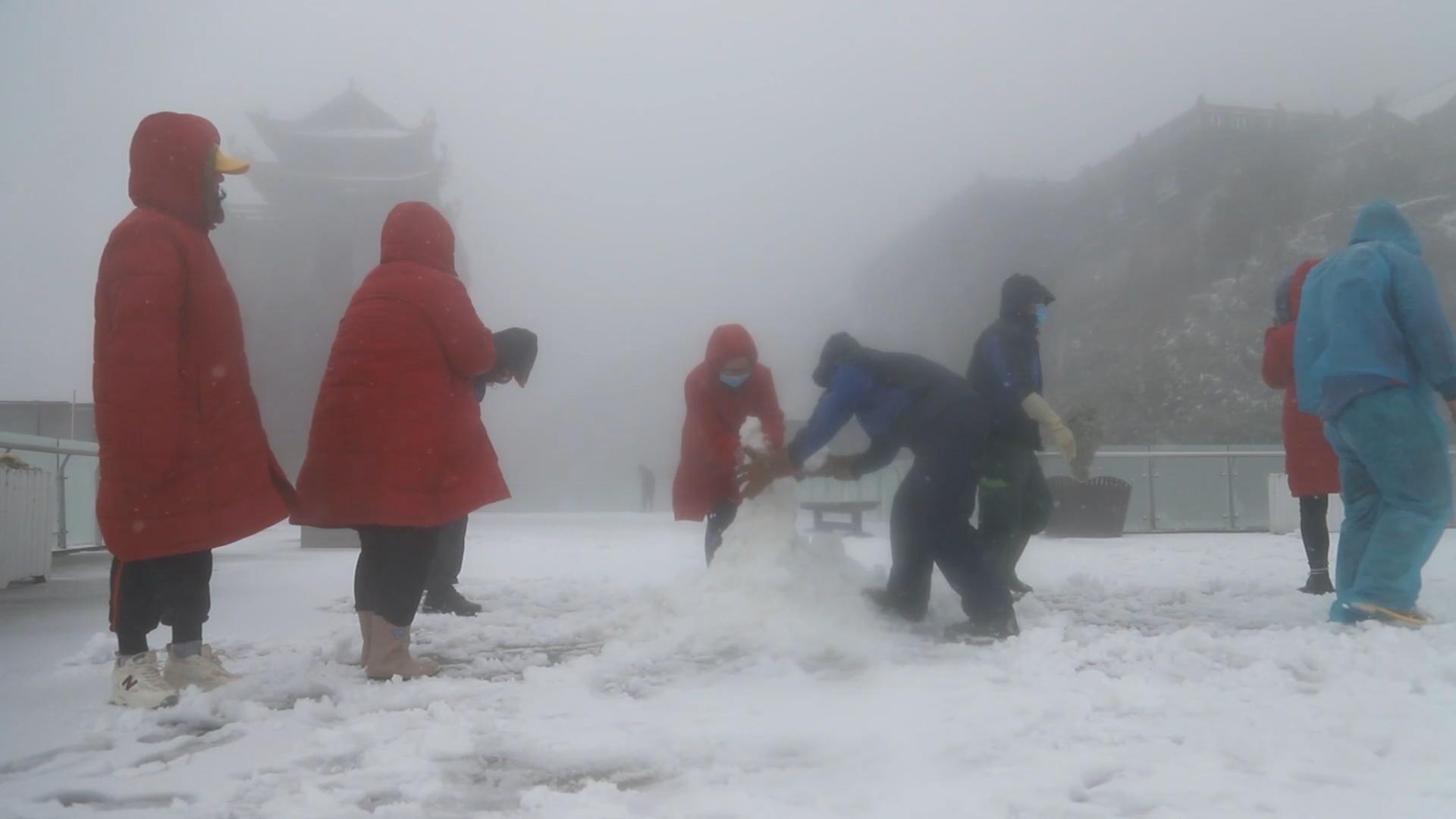 Khung cảnh tuyết phủ trắng đỉnh Fansipan