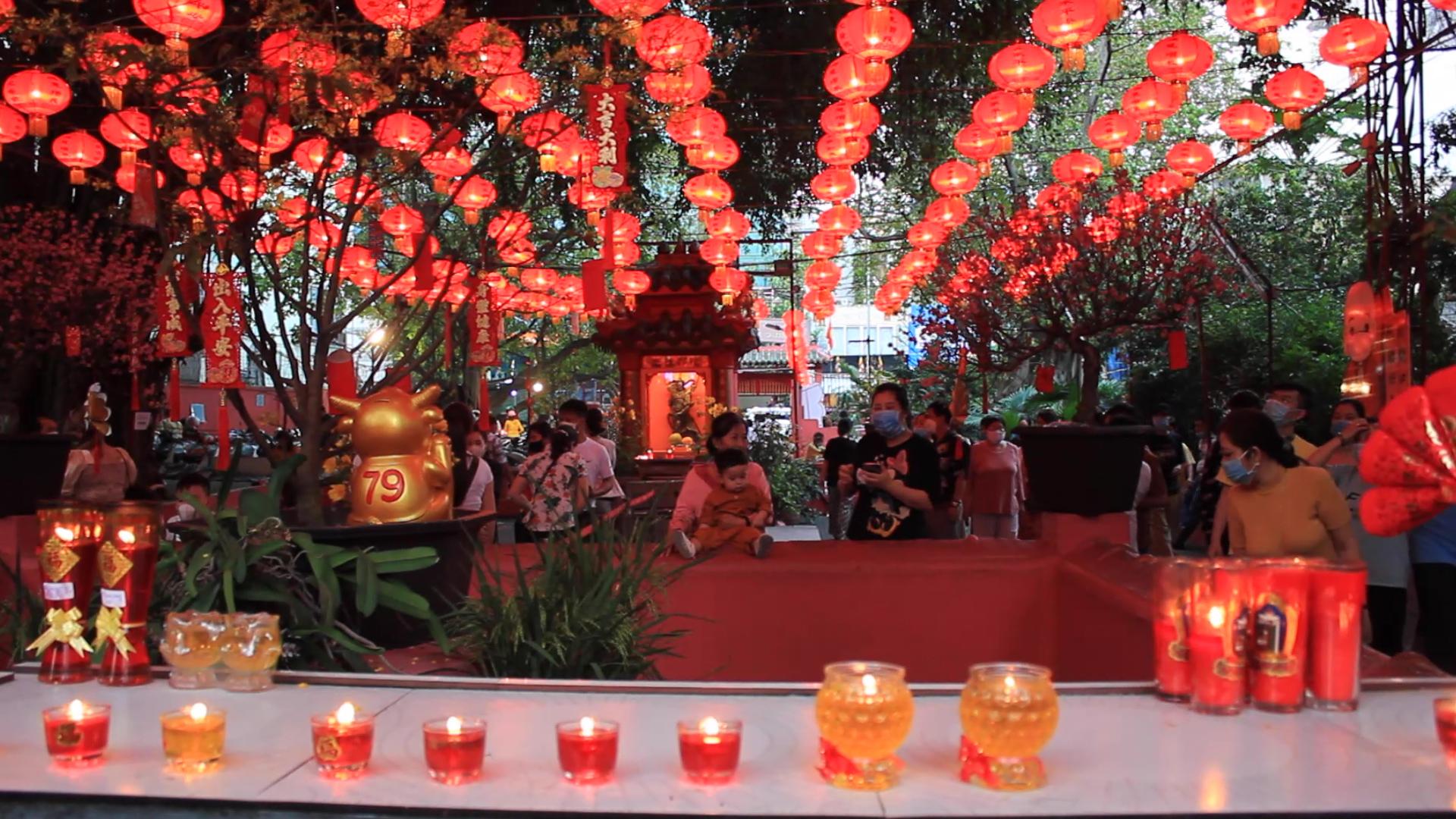 Chùa Sài Gòn đông khách buổi tối
