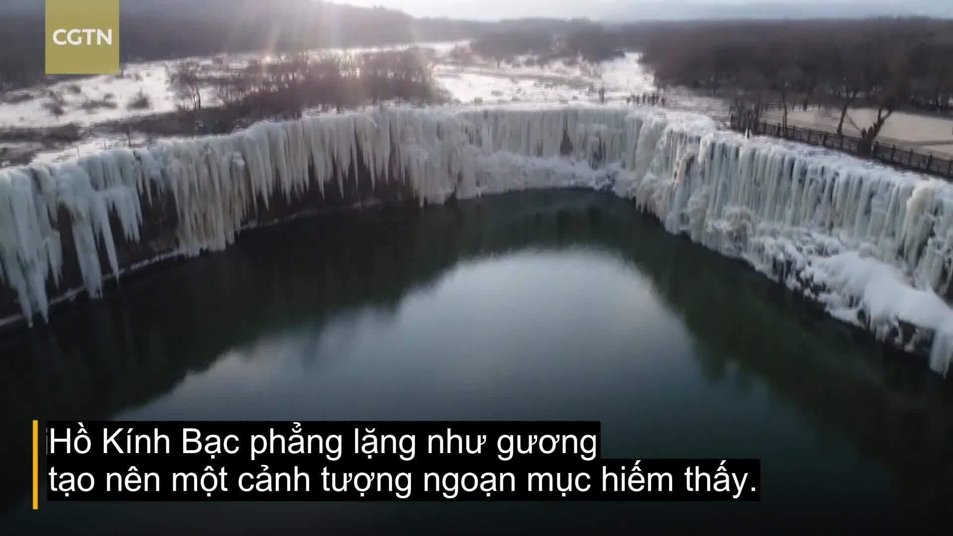 Thác nước rộng hơn 300m đóng băng