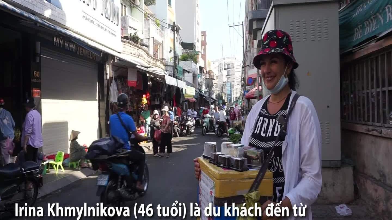 Khách Tây bán bánh kem dạo ở Sài Gòn