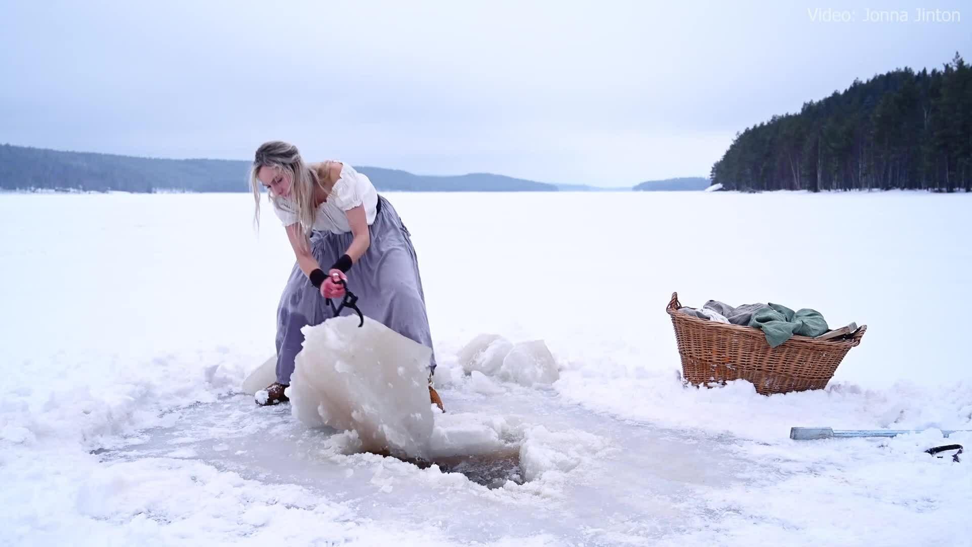Giặt quần áo giữa hồ băng Bắc Âu