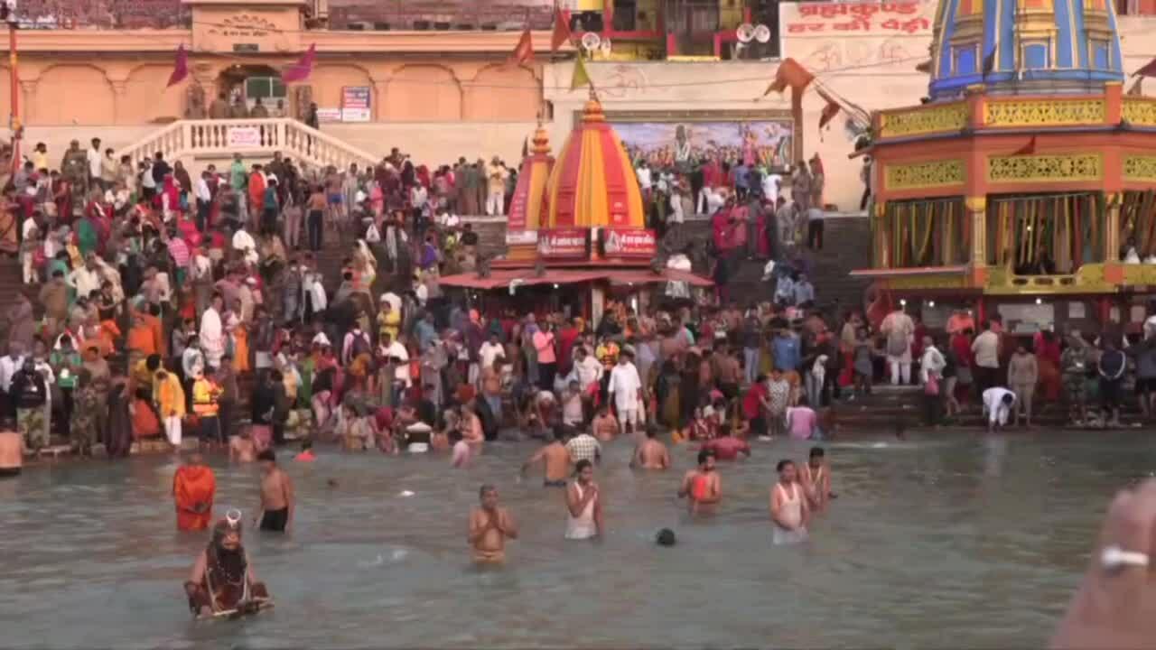 5 triệu người đổ đến sông Hằng dù ca nhiễm tăng