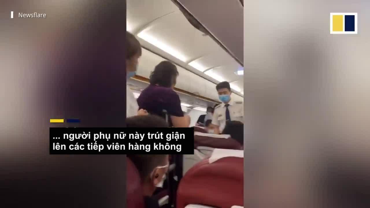 Khánh nữ đòi tiếp viên cõng xuống máy bay