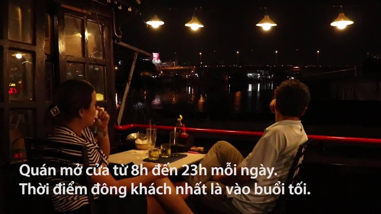 Ngồi cà phê thuyền ngắm sông đêm