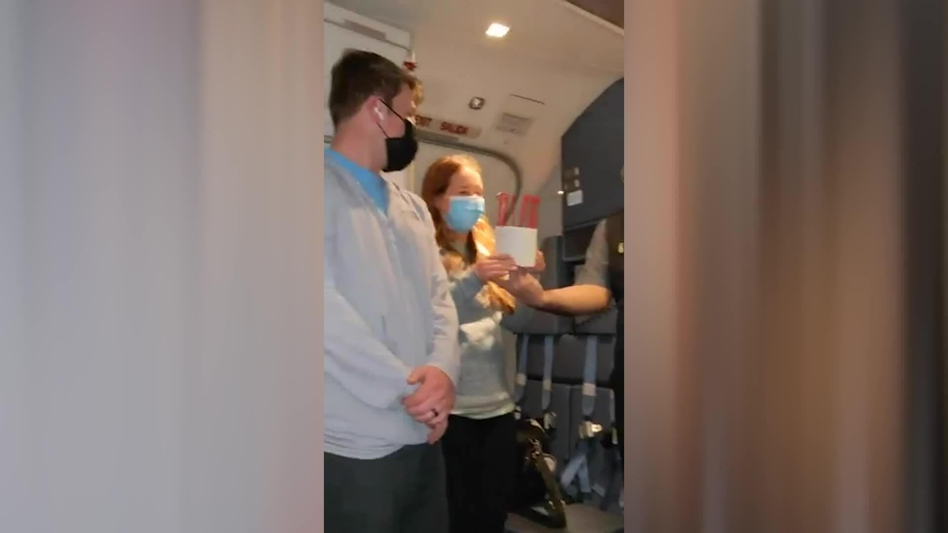 Bị hoãn chuyến bay, cặp đôi được tặng 'giấy vệ sinh'