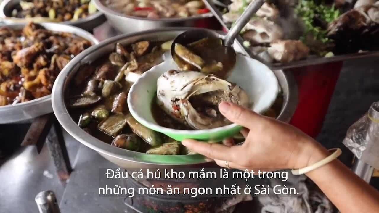 Phản ứng của khách Tây ăn cơm bình dân 180.000 đồng