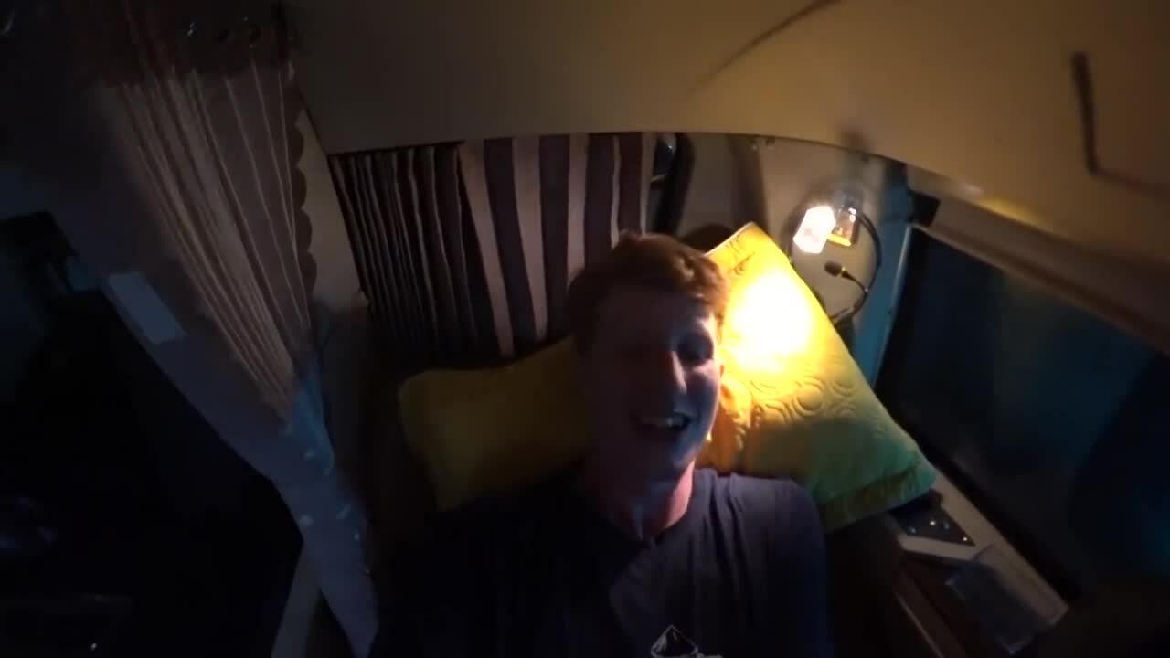 Người nước ngoài trải nghiệm xe giường nằm '5 sao' ở Việt NamNgười nước ngoài trải nghiệm xe giường