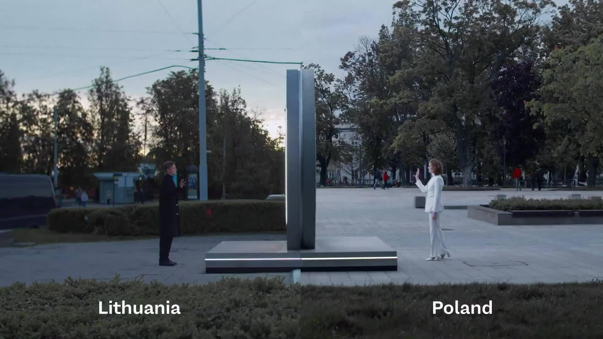 """Cánh cổng 'xuyên không"""" nối hai quốc gia"""