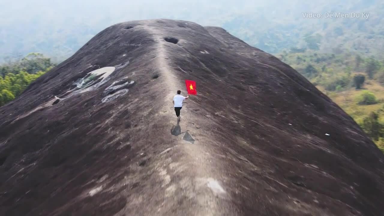 Đá nguyên khối lớn nhất Việt Nam hút khách check-in