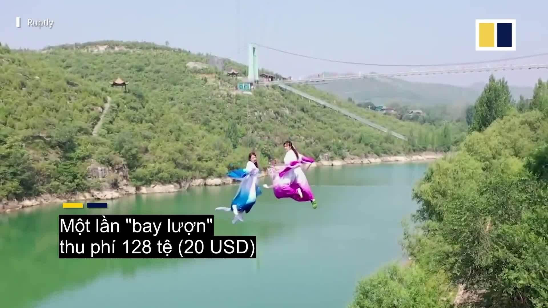 Du khách bay lượn qua sông như phim kiếm hiệp