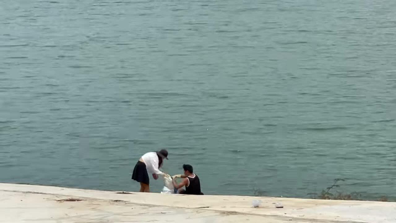 Cặp vợ chồng dọn rác hồ Tuyền Lâm gây sốt cộng đồng mạng