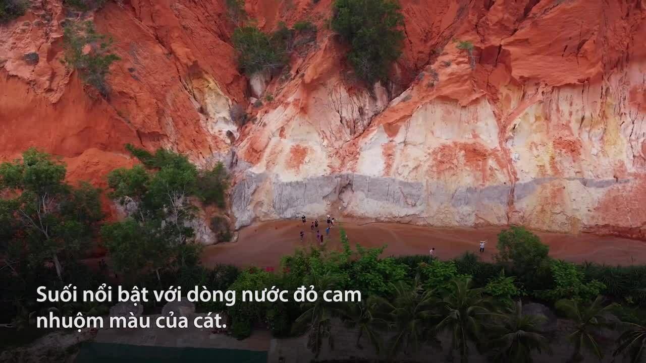 Dòng suối có màu đỏ cam tại Bình Thuận
