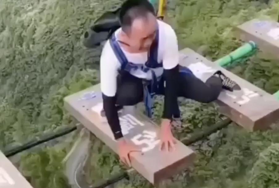 Hoảng loạn khi chơi cầu treo mạo hiểm cao 150 m