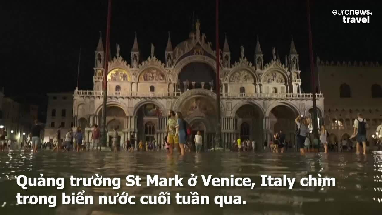 Du khách thích thú đi dạo giữa Venice ngập nước