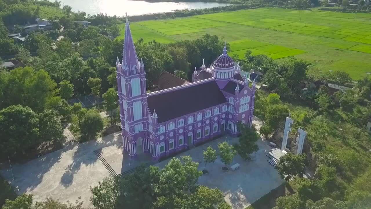 Ba nhà thờ hồng, nâu, tím ở xứ Nghệ