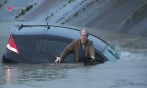 Reporter helps man escape car in Houston flood