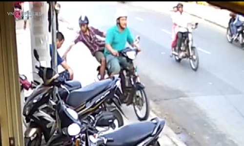 Caught on video: Saigon bag-snatchers