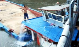 Crew abandon barge after bridge collision in Saigon