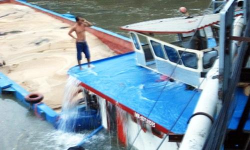Crew abandon barge after bridge collision in Saigon ed