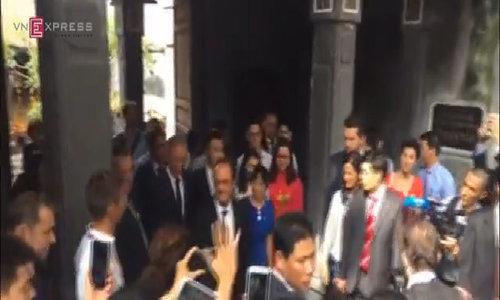French President walks the streets of Hanoi