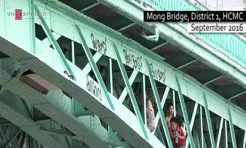 Teens seek refuge under Saigon bridge