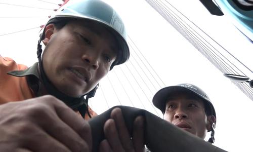 On Hanoi's longest bridge, 'angels' stand ready to fix your bike