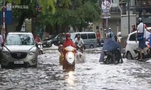 Heavy rain drowns Hanoi, puts traffic on hold