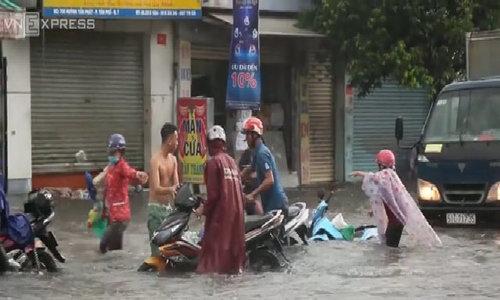 Flood kick drivers out of their motorbikes in Saigon