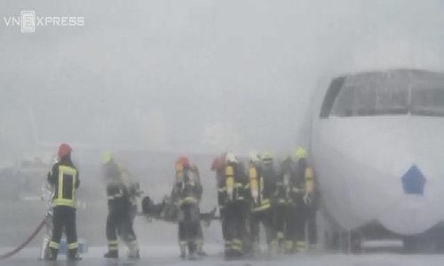 Da Nang practices air crash rescue ahead of APEC summit