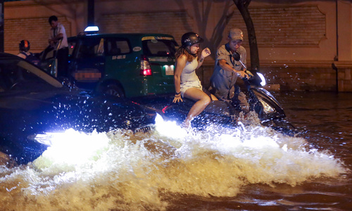 Saigon residents wrestle with high tides, again