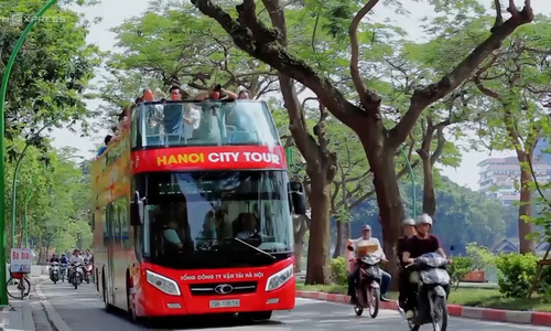 First passengers give Hanoi bus tour a thumbs-up