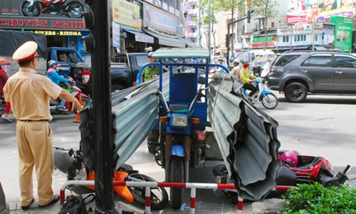 End of the road for Hanoi's motorcycle-rickshaws