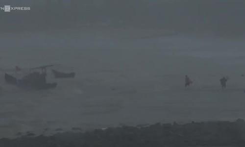 Rough water in Vung Tau as Storm Usagi hits