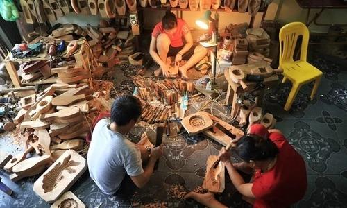Hanoi family making mooncake molds hopes craft lasts forever (edited, Hanh da xem)