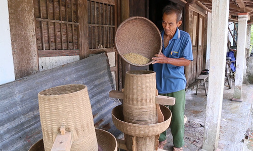 82-year-old Vietnamese craftsman sticks to the daily grind, produces masterpieces (edited, Hạnh đã x