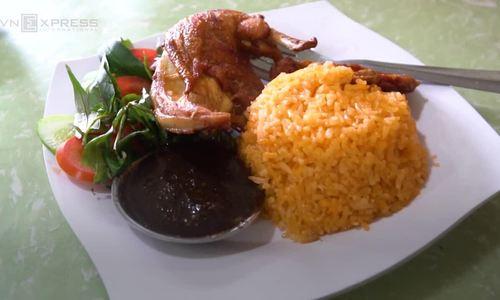 Frying chicken under a cascade of oil: Saigon eatery's delicious trick