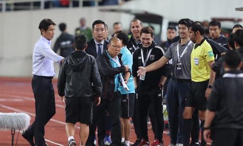 Thailand's assitant coach Sasa Todic provokes head coach Park Hang-seo