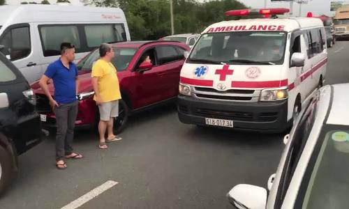 Drivers willing to help ambulance car escape jammed Vietnam expressway